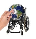 Глобус в кресло-коляске при стетоскоп представляя концепцию стоковая фотография