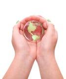 Глобус в руках стоковая фотография