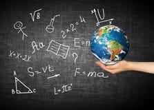 Глобус и символы школы принципиальная схема воспитательная Иллюстрация 3d воспитательной концепции задняя школа принципиальной сх Стоковое Изображение