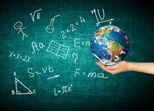 Глобус и символы школы принципиальная схема воспитательная Иллюстрация 3d воспитательной концепции задняя школа принципиальной сх Стоковые Фотографии RF