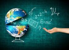 Глобус и символы школы принципиальная схема воспитательная Иллюстрация 3d воспитательной концепции задняя школа принципиальной сх Стоковая Фотография
