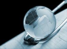 Глобус и стетоскоп на концепции ECG Стоковое Изображение