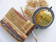 Глобус и тетрадь eco естественных материала/хворостины, лист, расшивы Стоковые Фотографии RF