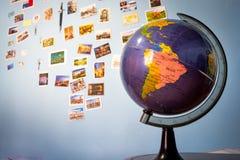 Глобус перед стеной открытки Стоковое фото RF