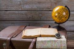 Глобус рядом с раскрытой книгой стоковая фотография rf