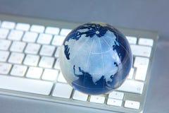 Глобус Cristal земли на компьютере Стоковая Фотография RF