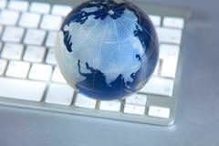 Глобус Cristal земли на компьютере Стоковые Фото