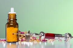 Глобула гомеопатии, шприц с кровью и некоторые Стоковое фото RF