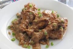 Глубокая жареная курица покрыла с смешиванием арахисового масла и варенья клубники Стоковая Фотография