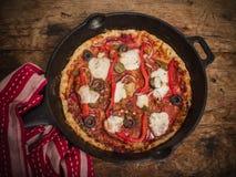 Глубокая пицца лотка на деревянном столе стоковое фото