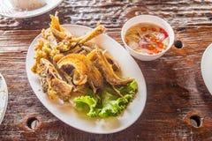 Глубокие зажаренные рыбы с пряным соусом & x28; Тайское food& x29; стоковое фото