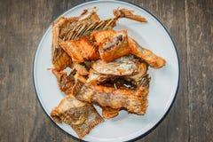Глубокие зажаренные рыбы тилапии с солью, взгляд сверху Стоковые Изображения