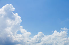Глубокие и широкие голубое небо и облака Стоковая Фотография RF