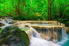 Глубокий водопад леса на национальном парке Kanjanab водопада Erawan стоковая фотография rf