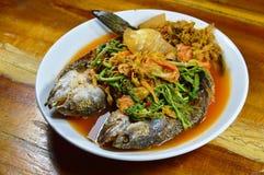 Глубоко зажаренные striped рыбы головы змейки в смешанном горячем и кислом супе на блюде Стоковые Фотографии RF