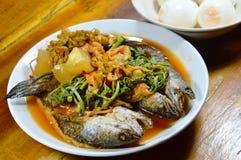 Глубоко зажаренные striped рыбы головы змейки в смешанном горячем и кислом супе едят с вареным яйцом Стоковая Фотография RF