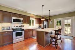 Глубоко - коричневые комбинация хранения кухни и счетчик бара стоковое фото rf