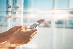 Глумитесь вверх девушки используя ее smartphone в городе Стоковое Изображение