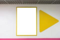 Глумитесь вверх по пустой рамке плаката при желтые рамки вися на стене в мельнице покупок Стоковая Фотография RF