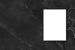 Глумитесь вверх по пустой смертной казни через повешение картинной рамки плаката на черной мраморной стене в комнате Стоковое Фото