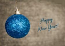 Глянцеватый шарик рождества Новый Год текста счастливый! Шаблон для приветствовать Стоковая Фотография RF