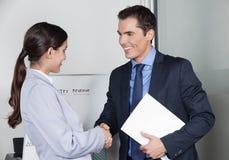 Давать бизнесмена и женщины Стоковое Фото