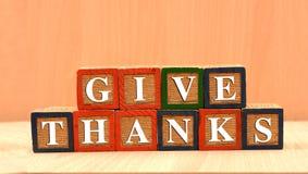 Давать благодарит счастливую концепцию благодарения на деревянных блоках стоковое изображение