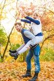давать езду piggyback парка человека к женщине стоковые фото