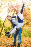 давать езду piggyback парка человека к женщине стоковые изображения