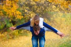 давать езду piggyback парка человека к женщине стоковая фотография