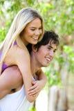 давать езду piggyback парка человека к женщине стоковое фото rf