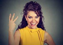 Давать женщины 3 пальца подписывает с рукой стоковые изображения rf