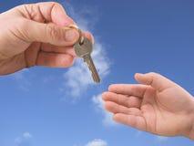 давать ключа руки Стоковая Фотография RF