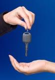 давать ключа руки Стоковые Изображения RF