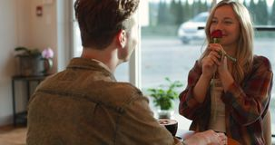 Давать молодого человека поднял к женщине в кафе 4k видеоматериал