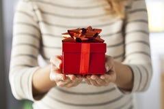 Давать подарок стоковое фото