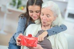 Давать подарок бабушки стоковое фото rf