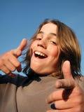 давать thumbs вверх по молодости Стоковое Изображение