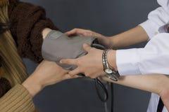 давление крови измеряя Стоковая Фотография RF