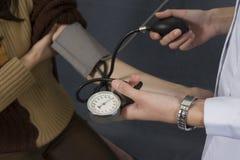 давление крови измеряя Стоковые Фото