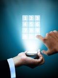 давление мобильного телефона руки стоковая фотография