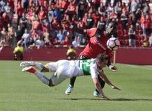 Давление Lago реального игрока Mallorcas младшее над полузащитником Santanders Стоковая Фотография RF