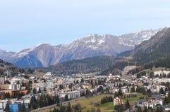 Давос-город в швейцарских горных вершинах, где WEF случается Стоковое фото RF