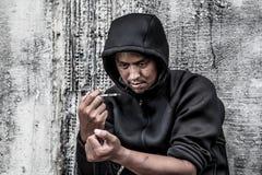 Дает наркотики наркотическому шприцу в действии стоковые фотографии rf