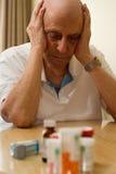 дает наркотики пожилым людям Стоковые Изображения RF
