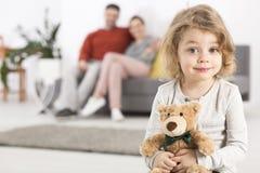 Даже плюшевый медвежонок имеет свое место в семье стоковое изображение