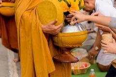 Дайте милостыни еды к монаху Стоковые Изображения