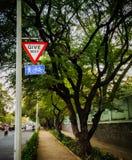 дайте путь для пешеходов и доски знака цикла иллюстрация вектора