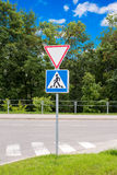 Дайте путь и перекрестный дорожный знак Стоковое Изображение