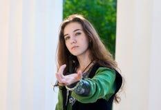 дайте руке средневековых детенышей женщины костюма Стоковое Фото